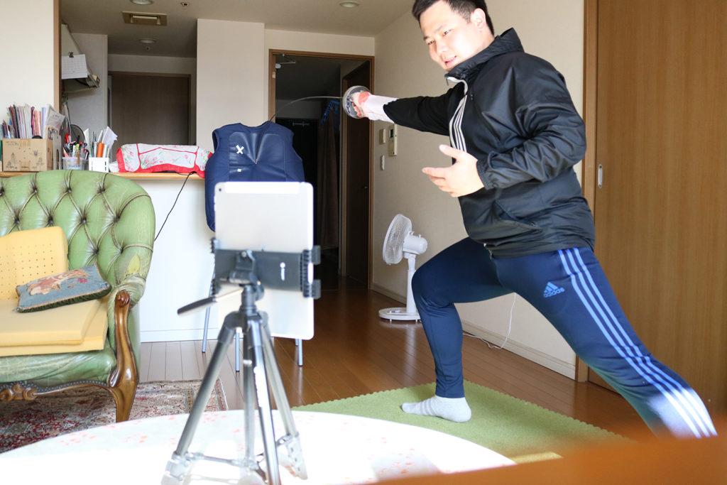 オンラインレッスンを指導する前田代表